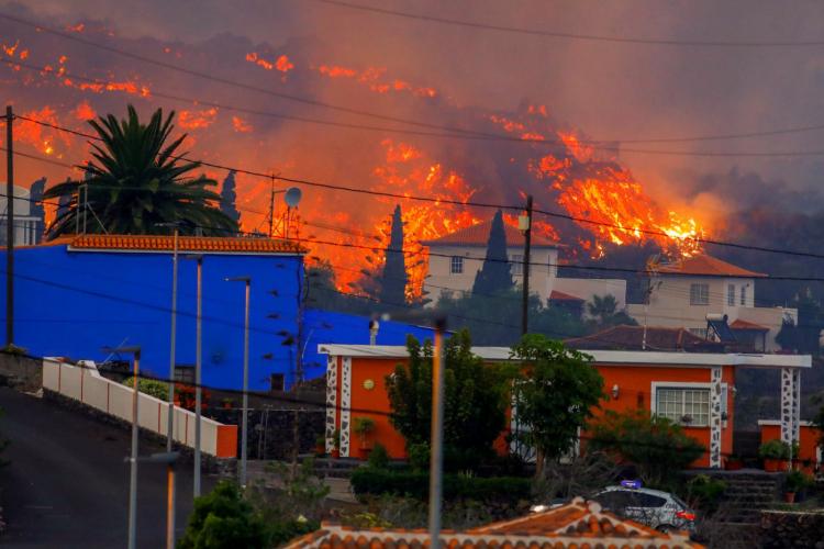 Nível de alerta aumenta e cinco mil são retirados de casa por erupção do vulcão Cumbre Vieja