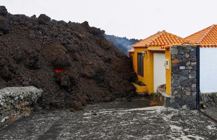 Cinzas de vulcão se acumulam e companhia aérea suspende voos para ilha de La Palma