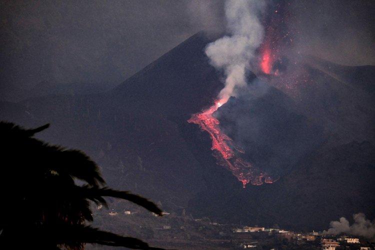 Vulcão Cumbre Vieja tem novo rio de lava que se aproxima do oceano com rapidez