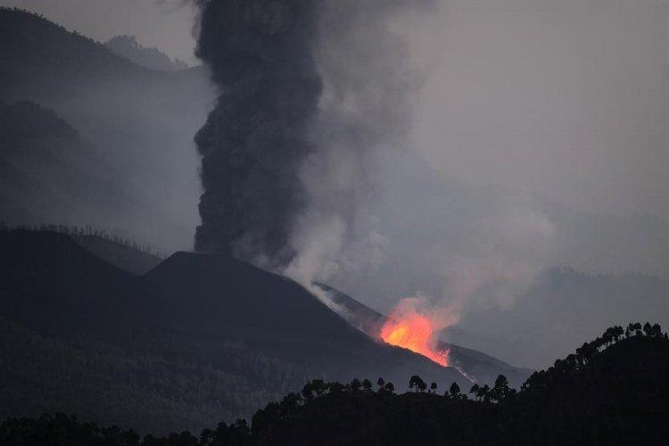 Lava do vulcão Cumbre Vieja toca o mar; situação pode ser perigosa