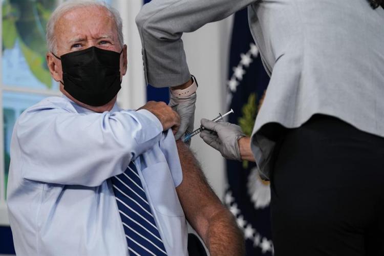 Joe Biden recebe terceira dose da vacina contra a Covid-19