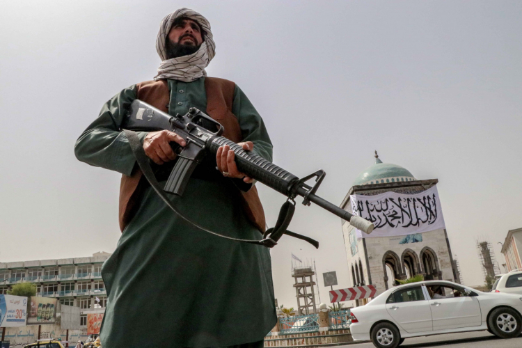 Talibã proíbe que salões cortem barbas de homens no Afeganistão