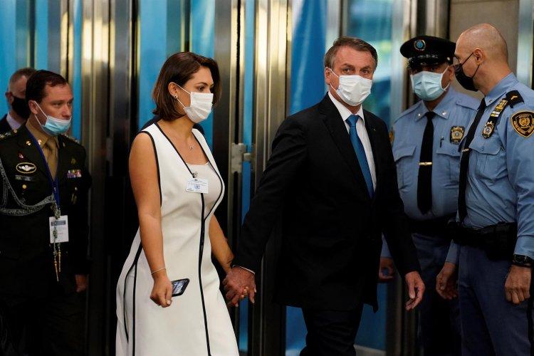 Após Jair Bolsonaro testar negativo para a Covid-19, Michelle informa que não pegou o vírus