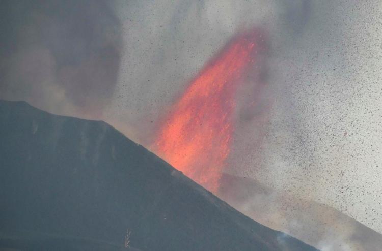 Aeroporto de La Palma é fechado devido às cinzas provocadas pelo vulcão; cume sofre ruptura