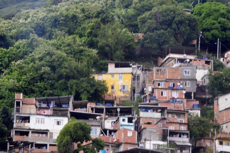 Jovem e padrasto morrem em tiroteio no Rio; família diz que disparos partiram da PM