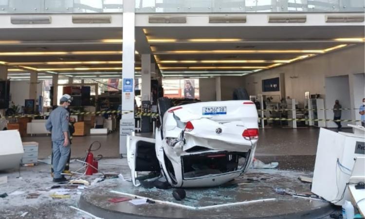Vídeo mostra momento em que carro cai sobre funcionárias de concessionária em SP; veja
