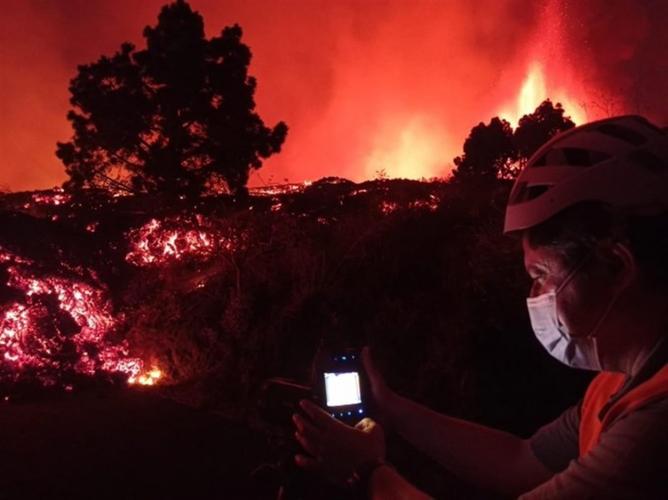 Explosões do vulcão Cumbre Vieja aumentam e governo ordena evacuação de mais três cidades