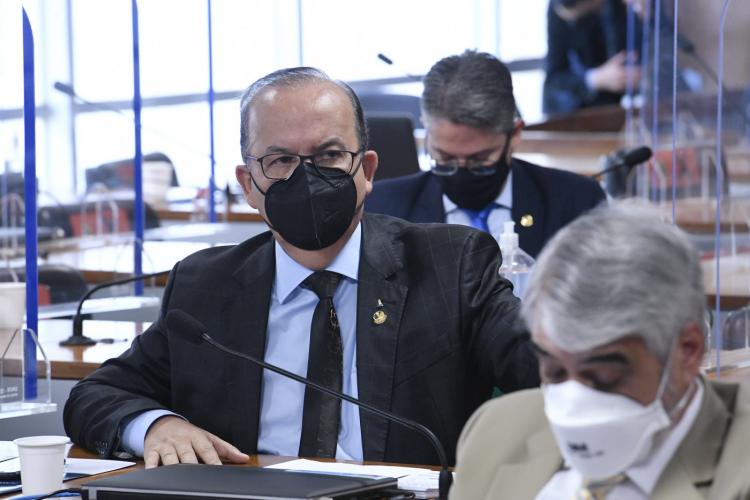Senador diz que não vai pedir desculpas a Renan por bate boca na CPI: 'Não faço questão'