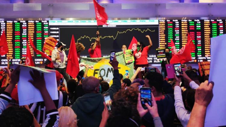 Integrantes do MTST ocupam a Bolsa de Valores de SP e protestam contra fome e Bolsonaro
