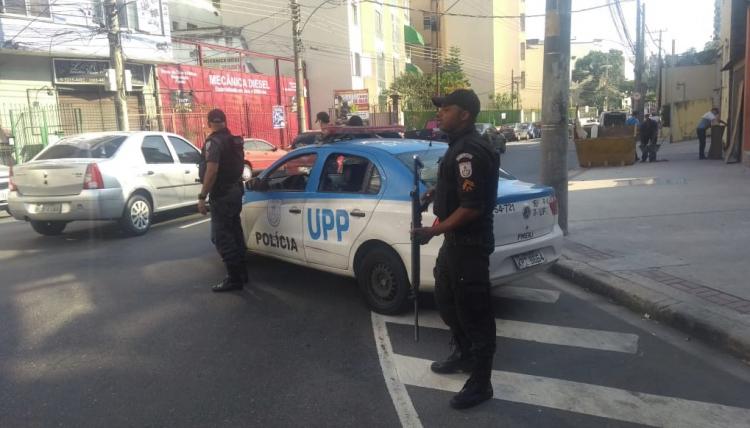 Mulher é atingida por duas balas perdidas durante tiroteio em Bangu, no Rio